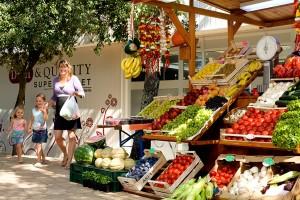 Een marktje met verse groente en fruit op camping lanterna kroatië