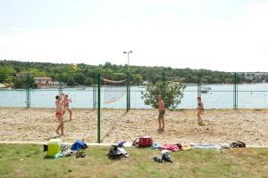 Strand volleybal spelen op camping lanterna