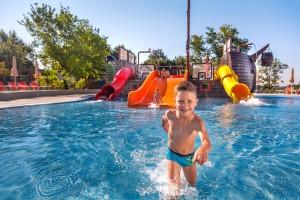 een vrolijk kind in het zwembad van camping lanterna in Kroatië